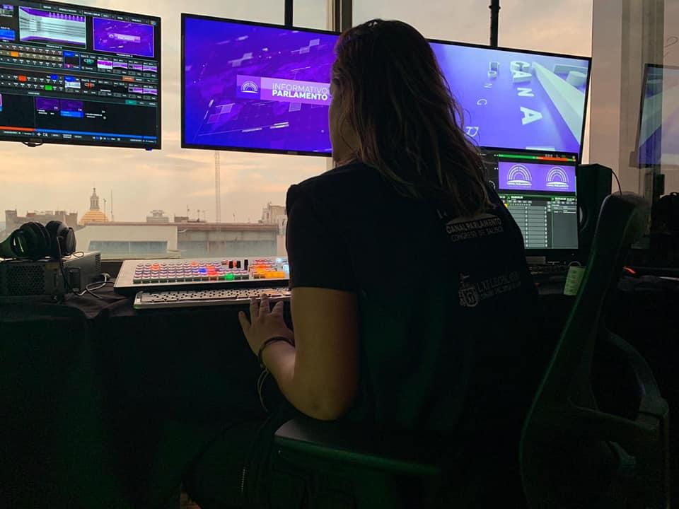 Persona viendo monitores